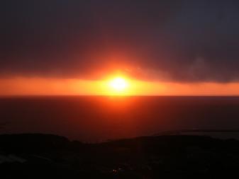地球が丸く見える丘の夕日