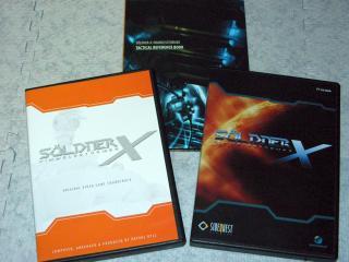 内容は左から順にサントラ、リファレンスブック、ゲームディスクです