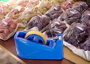 葡萄とテープカッター