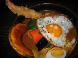 RAMAIのスープカレー チキンにウダンと目玉焼きをトッピング