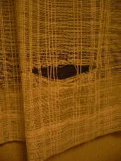 破かれたカーテン