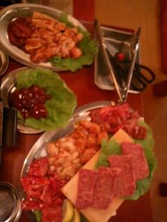 テーブル肉まみれ