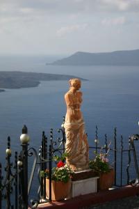 サントリーニ島で見かけた女神像とエーゲ海