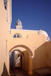 フィラの町、教会脇の小道