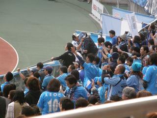 精一杯の応援をする横浜FCサポーター