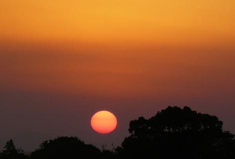 畑で見る初夕日