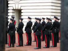 門の中の衛兵