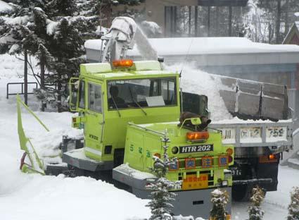 排雪車とダンプカー左斜線