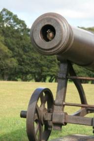大砲の中から…。