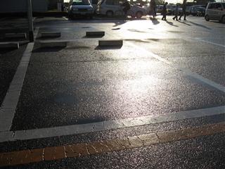 雨降りし後の駐車場