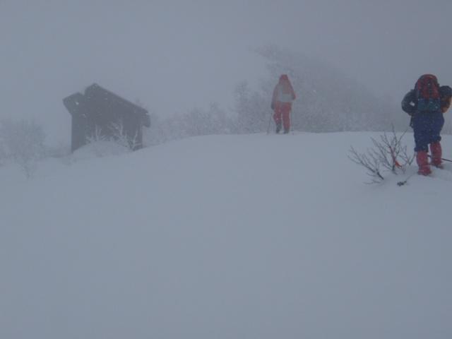 岩内岳山頂直下の小屋