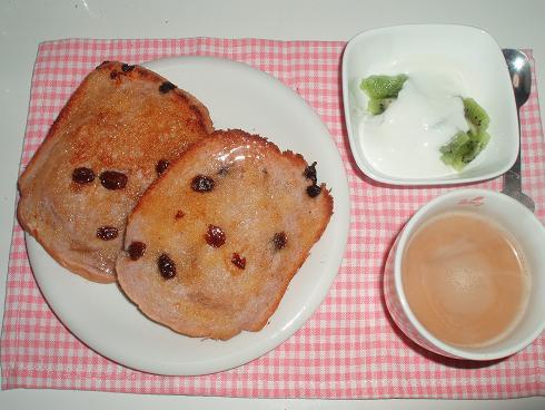 ぶどうパンで朝食1