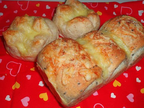 チーズ入りライ麦ヨーグルトプチパンライ麦ゴマ食パン