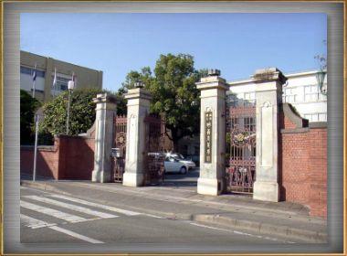 明善高校の門