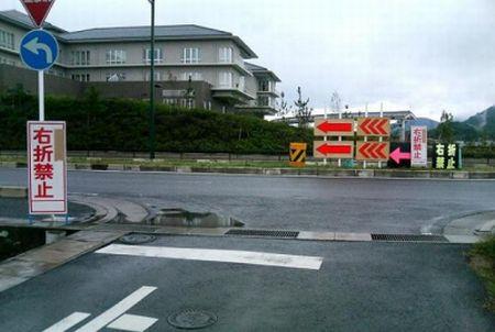 右折したら何かが起こりそうな交差点
