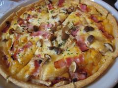 ベーコンときのこのピザ