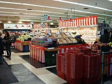 入り口。日本のスーパーだ・・・