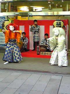 三省堂玄関のお囃子