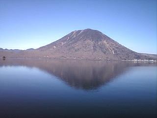 湖に写る山.jpg