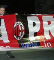 試合後、応援幕を通路で披露していたミランファン(イタリア人だよね?)と記念写真をとらせてもらいました♪
