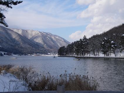 真冬の湖で釣りをするボート