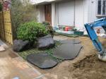 黒飛び石と和の庭園
