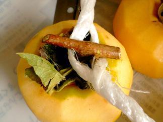紐にはさめた柿